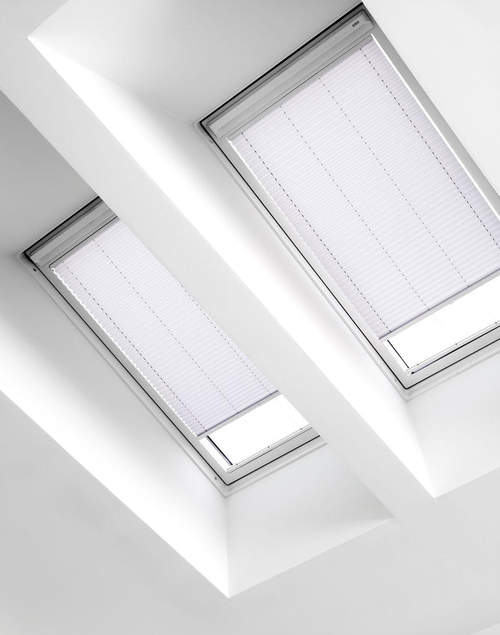 plisy na okna dachowe sterowane elektrycznie z silnikiem zasilanym bateriam